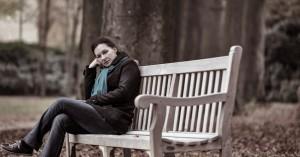 Overpijnzen op een bankje in het park